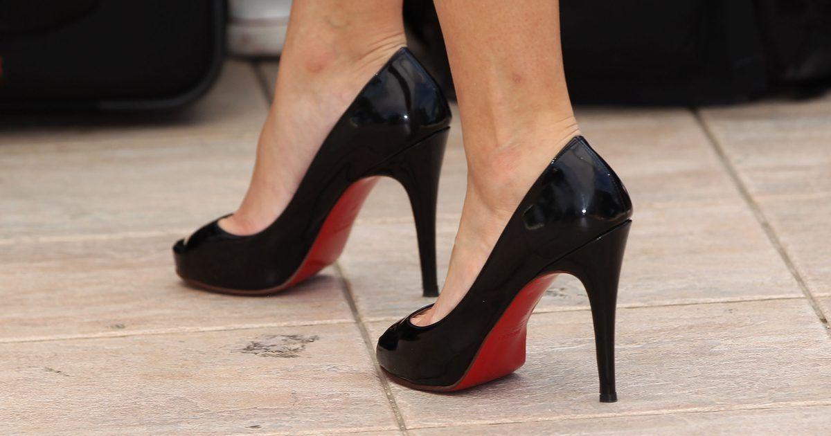 Cómo identificar unos Christian Louboutin falsos. Los zapatos Christian  Louboutin son un símbolo de estatus. Tan solo una mirada a esas brillantes  suelas ... db81ecbdd7c5