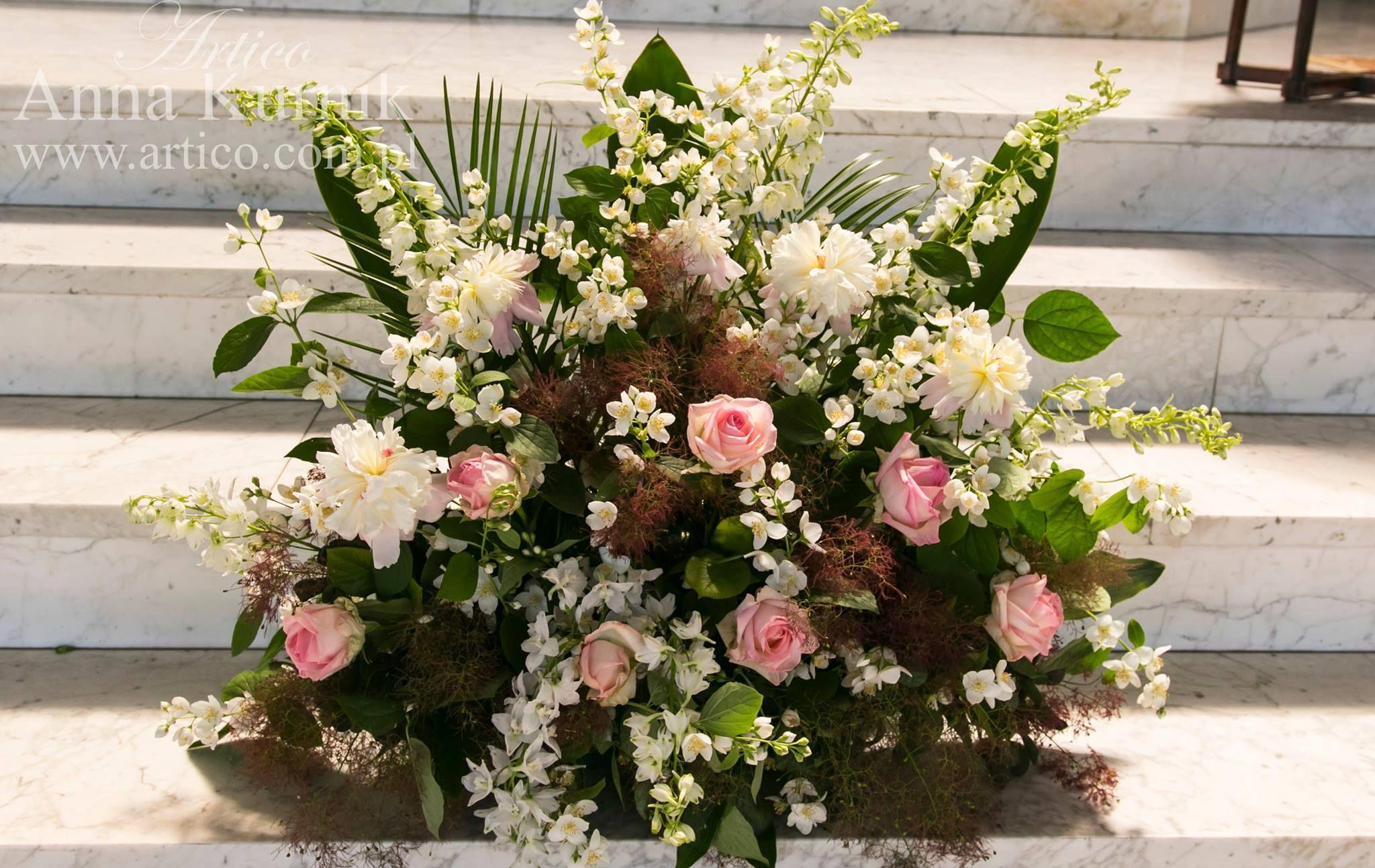 Dekoracje Oltarza Nasza Propozycja Duza Kompozycja W Kolorach Przewodnich Rozowe Roze To Jest To Wedding Decorations Floral Wreath Wedding