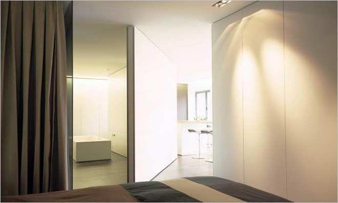 loft met open badkamer en pivoterende deur van filip deslee ...