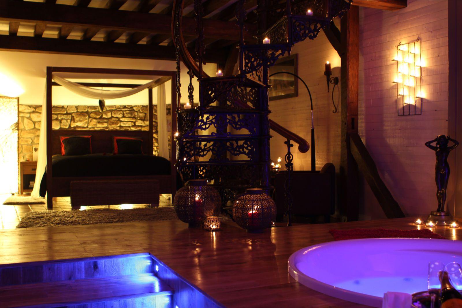 suite indonésienne - jacuzzi 2 places, lit baldaquin, fontaine et