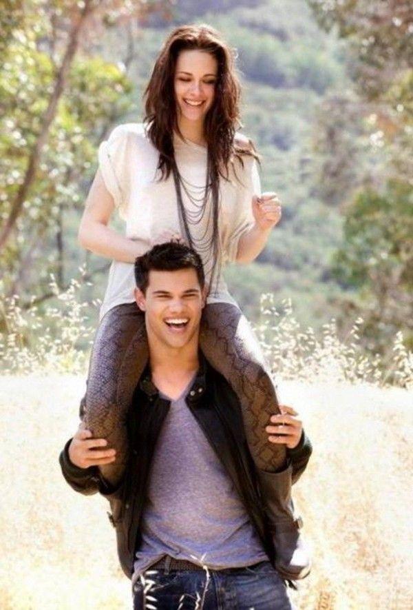 Taylor Lautner Con Kristen Stewart A Hombros Jajajajajajaja Fotos De Crepusculo Actores De Crepusculo Crepusculo Pelicula Completa