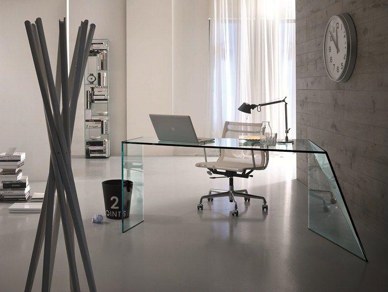 Al di là dei molti nomi che si possono usare per parlare di scrivanie di tutti i tipi ed in particolare di scrivanie di design, ciò che mai si deve dimenticare è che proprio lo scrittoio è l'elemento fondamentale sul quale deve andare a concentrarsi tutta la propria attenzione nei confronti dell'arredamento di un ufficio o di uno spazio in. Crystal Writing Desk Penrose Writing Desk T D Tonelli Design Scrivania Vetro Ufficio In Casa Moderno Design Ufficio
