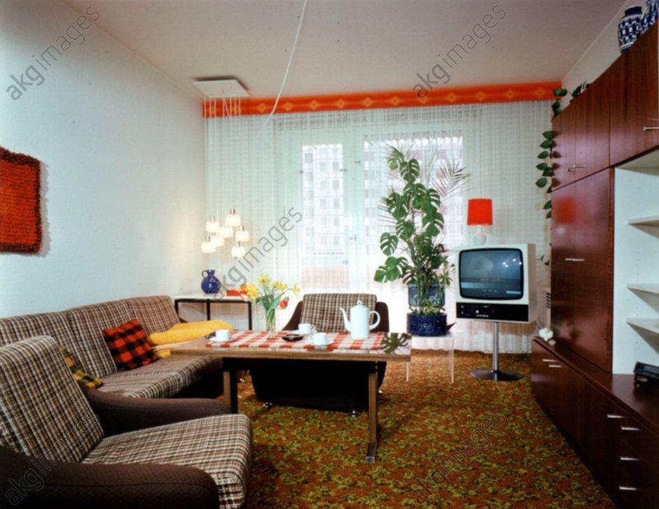 """Wohnen in der DDR: Wohnzimmer mit Schrankwand """"Carat"""". Foto, 1980 ..."""