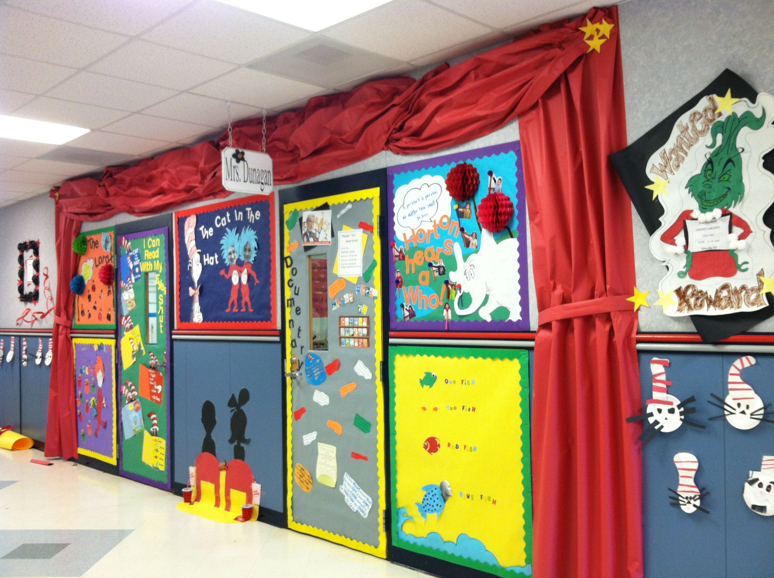 Dr seuss door decorating contest kidlets pinterest for Classroom mural ideas