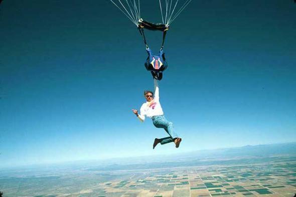 Aquí vemos a un hombre haciendo paracaidismo en una mano y sin ...