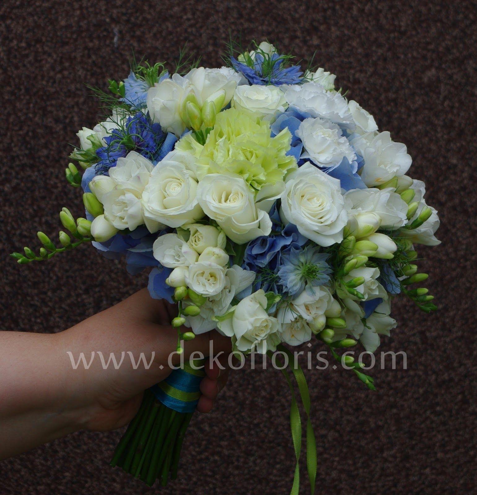 Bukiet ślubny niebiesko biały z zielonym akcentem ...