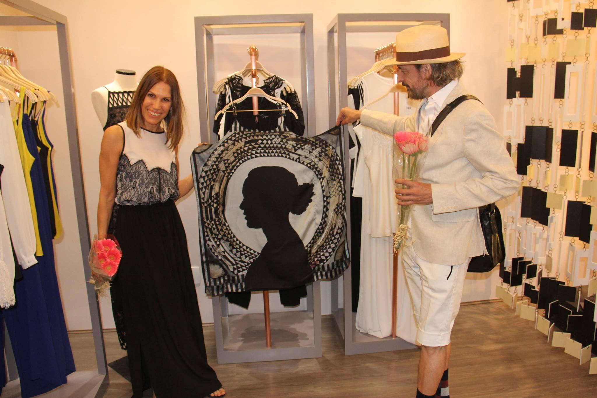 Vestido com estampa exclusiva do artista plástico Sérgio Gregório.
