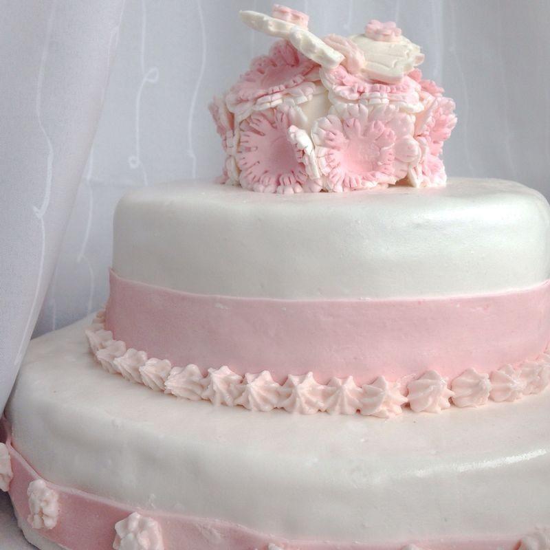 zweist ckige torte in rosa mit blumen und schmetterling kuchen pinterest zweist ckige. Black Bedroom Furniture Sets. Home Design Ideas