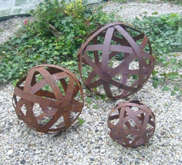 un objet en fer ou m tal rouill peut tre la d coration parfaite pour votre jardin boule le. Black Bedroom Furniture Sets. Home Design Ideas