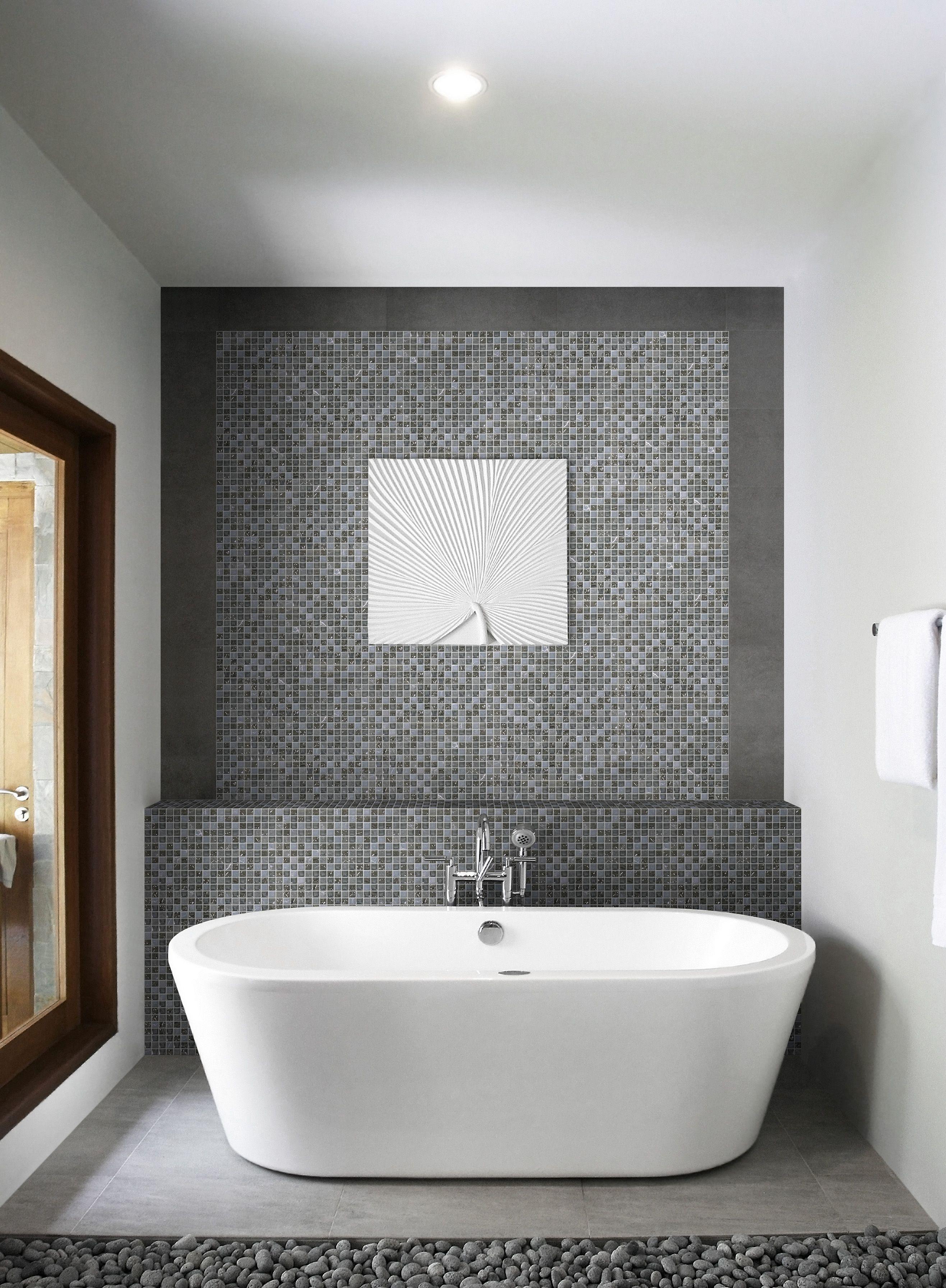 Jolie salle de bain avec mur du fond en mosa que - Carrelage noir brillant salle de bain ...