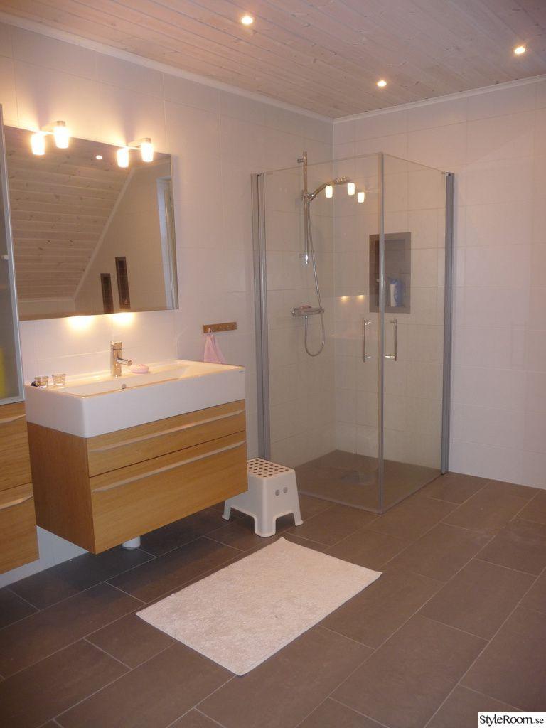 badrum,grått och vitt badrum,grått klinker golv,vitt kakel ...