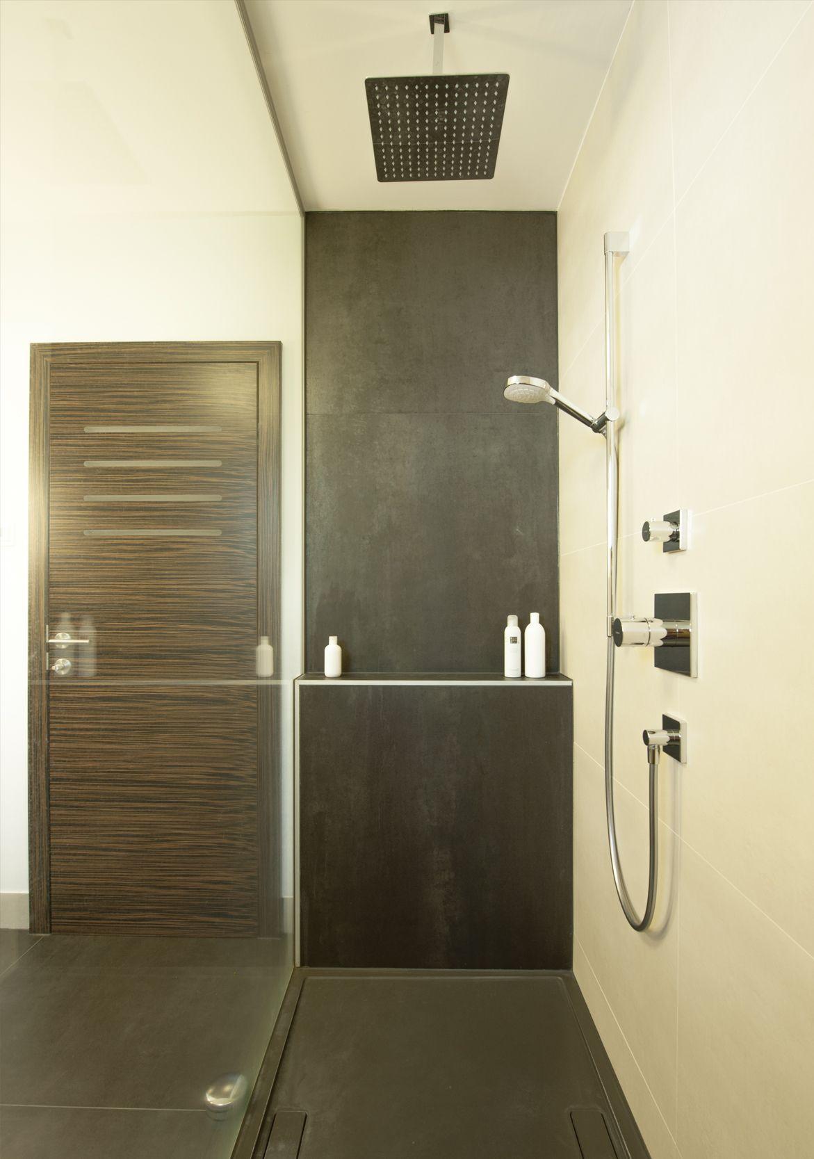 Frei Begehbare Dusche Mit Bodenebener Duschtasse Geflieste Ablagestufe Thermostatarmatur Handbrause Und Regenbrause Begehbare Dusche Ablage Dusche Dusche