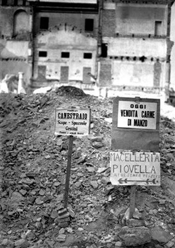 Milano: cartelli dov'erano un tempo i negozi  1946