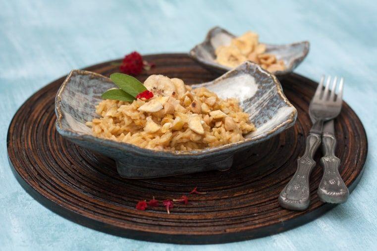 Erdnuss-Curry-Risotto mit Bananenchips | REISHUNGER