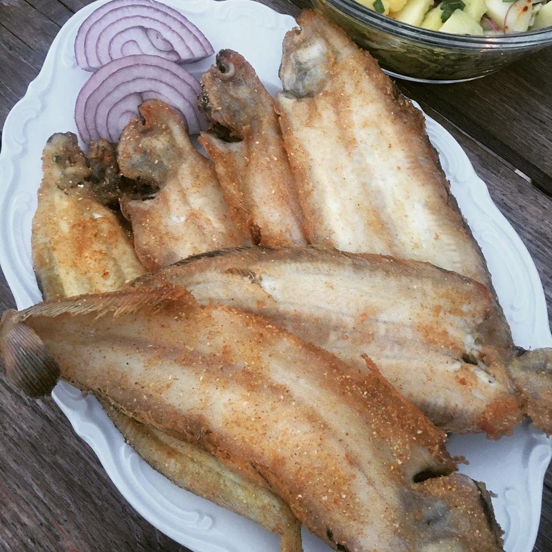 Mısır Unlu Tavada Dil Balığı/Deep Fried Sole fish with Corn Flour 👌🐠🐠🐠👌🥬🥬👌Çok fazla kızartma tercih etmesemde dil balığı için fazla seçenek malesef yok. Ben de olabildiğince sağlıklı birşekilde yapmaya çalıştım. Tam buğday ve mıs