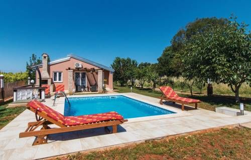 Holiday Home Pula 05 Pula Holiday Home Pula 05 is a holiday home is situated in Valtura and is 32 km from Rovinj. The air-conditioned unit is 46 km from Pore?, and guests benefit from free WiFi and private parking available on site.