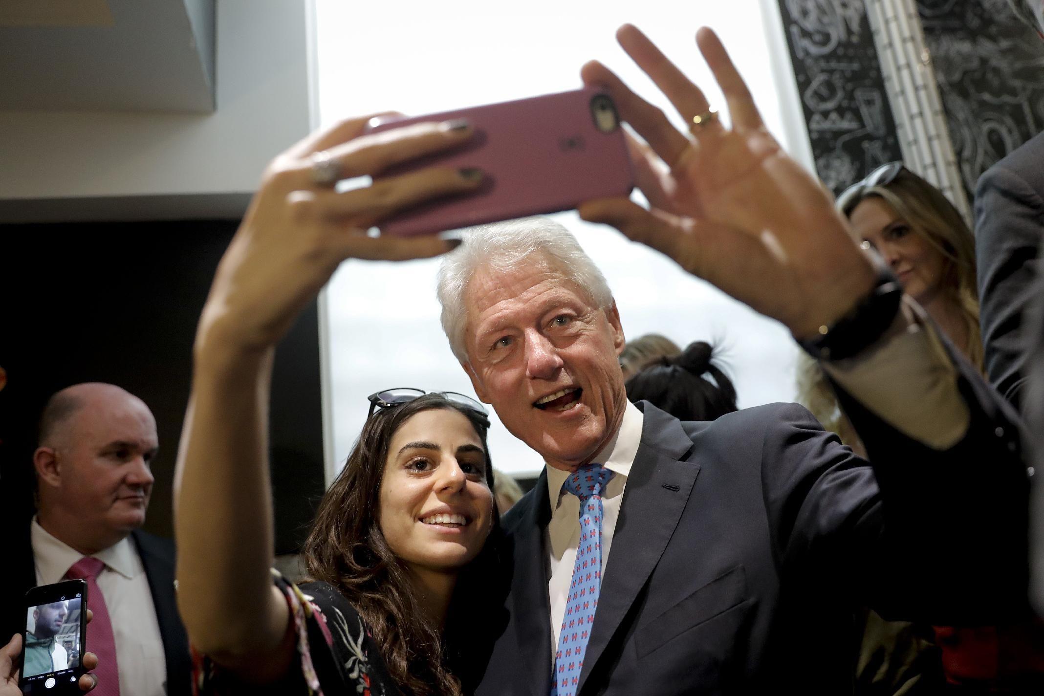 ATHENS, Ohio, EE.UU. (AP) — Ignorando sus propios excesos amorosos, Donald Trump quiere que el electorado opine que las relaciones extramatrimoniales de Bill Clinton deberían descalificar a su esposa Hillary Clinton como presidenta.