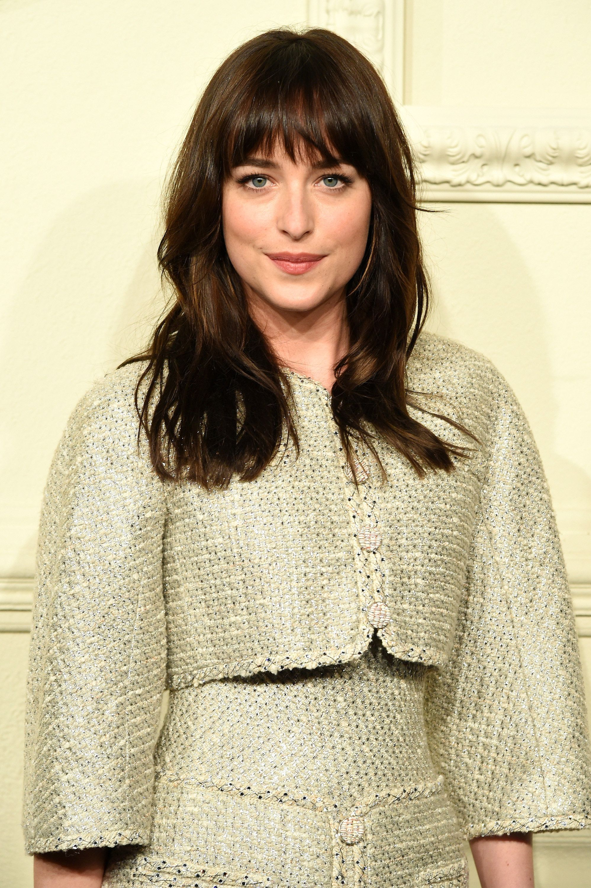 dakota johnson frisur frisuren mit pony und haar. Black Bedroom Furniture Sets. Home Design Ideas