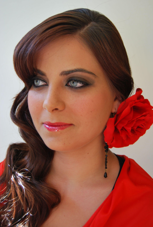 Miradas ganadoras con peinados de flamenca 2021 Fotos de cortes de pelo tendencias - Peinado ondas para flamenca de Salones Gregorio Porras c ...
