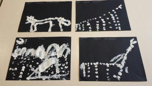 Dino skeletten We hebben de skeletten gestempeld met onze vingers  Groep 1-2a obs Liereland
