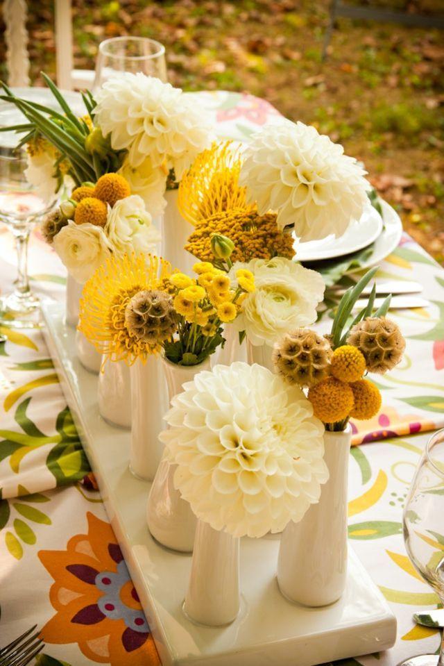 Blumen am Tisch bunter Tischdecke gelb weiße Blüten Keramikvasen ...