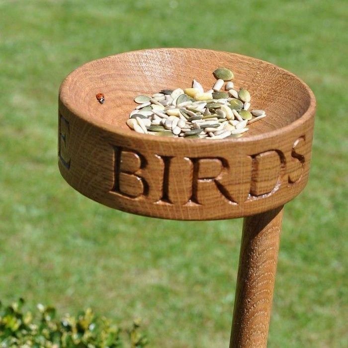Nistkasten aus Holz, Samen und und Marienkäfer darauf, DIY - ideen aus holz fur den garten