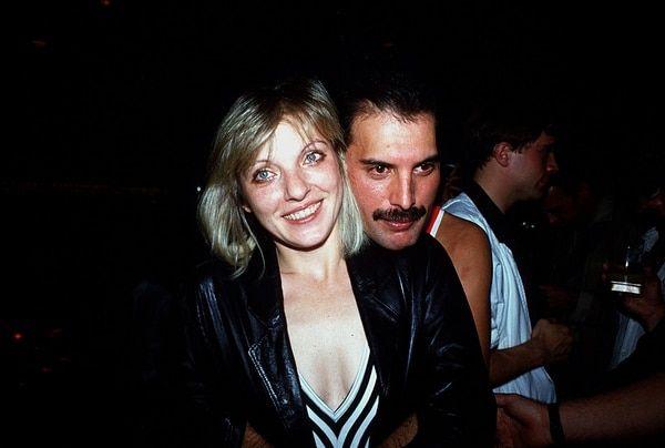 Freddie Mercury En Su Cumpleaños Número 38 Luego De Su Concierto En El Estadio Wembley Arena Junto Al Gran Amor De Su Freddy Mercury Freddie Mercury Ex Novio