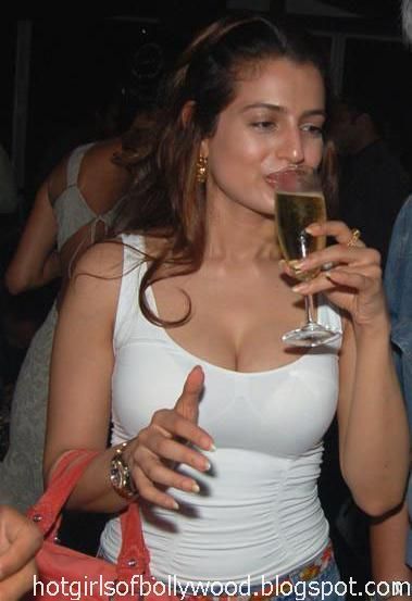 amisha-patel-drunk-and-nude-hot