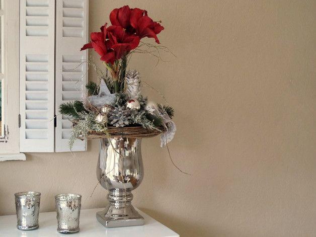 Sehr edles, großes Gesteck in silberfarbenem Pokal aus Keramik.  Gesteckt mit zwei tollen dunkelroten Amaryllis, geweißten Zapfen, einem braunen Kranz, Glitzerzweigen, vielen verschiedenen,... #amaryllisdeko