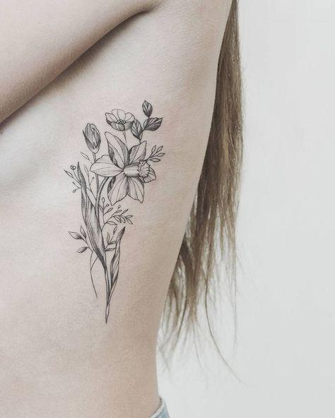 Diese Tatowierungen Von Blumen Die Ihren Geburtsmonat Symbolisieren Blumen Diese Geburtsmon Narcissus Flower Tattoos Daffodil Tattoo Flower Bouquet Tattoo