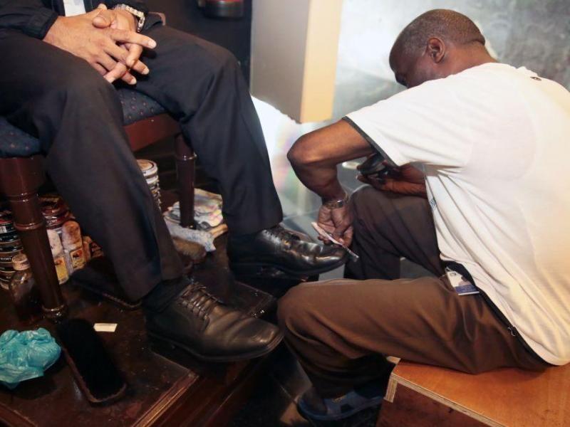 Héctor Blake, lustrador de calzados, un oficio que le ha permitido sostener honradamente a su familia.