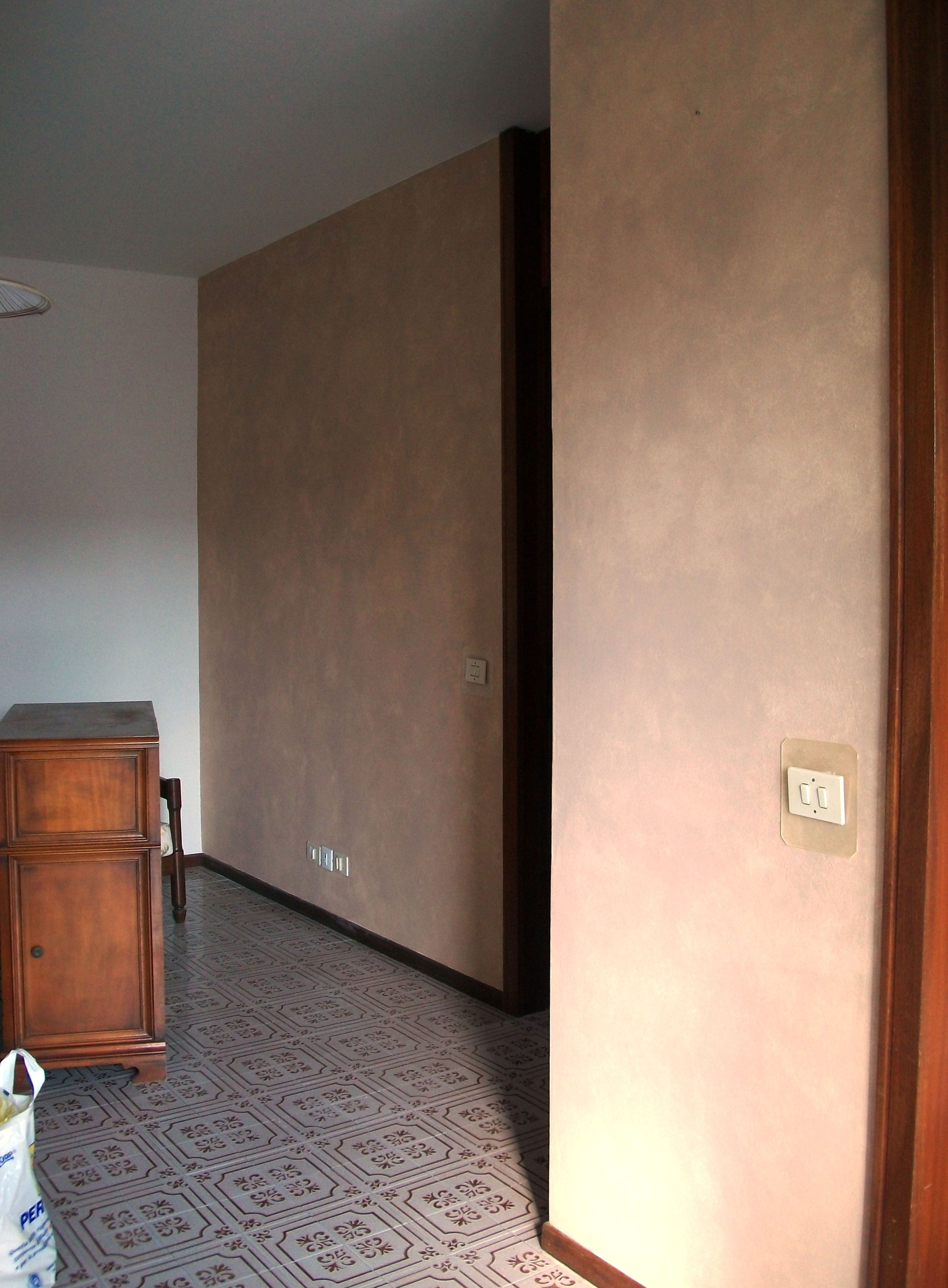 Decorazione Parete Soggiorno : Parete nord soggiorno decorazione effetto spugnato