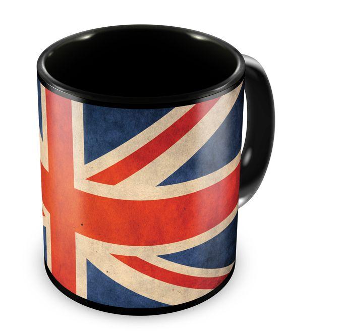 Caneca preta com a bandeiro do Reino Unido.