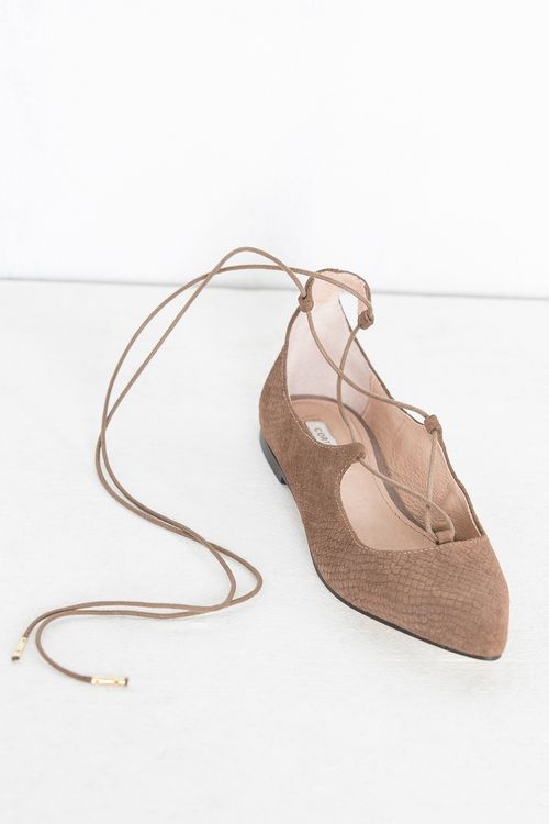 db507f2c1df Zapato plano con punta grabado con cordones cruzados para atar al tobillo