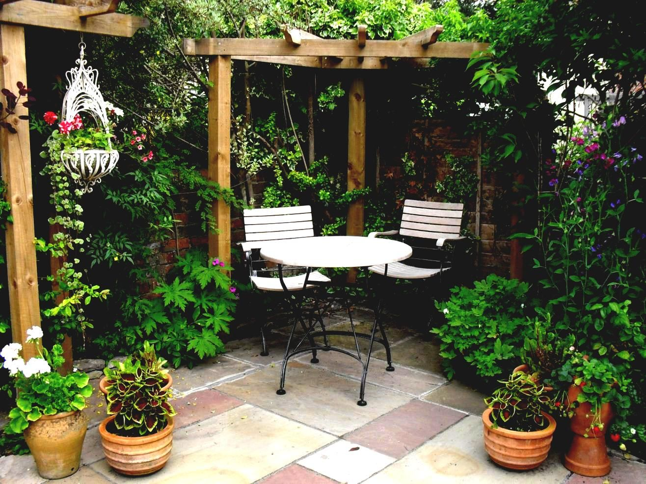Pictures of small courtyard gardens tiny garden ideas Small flower gardens