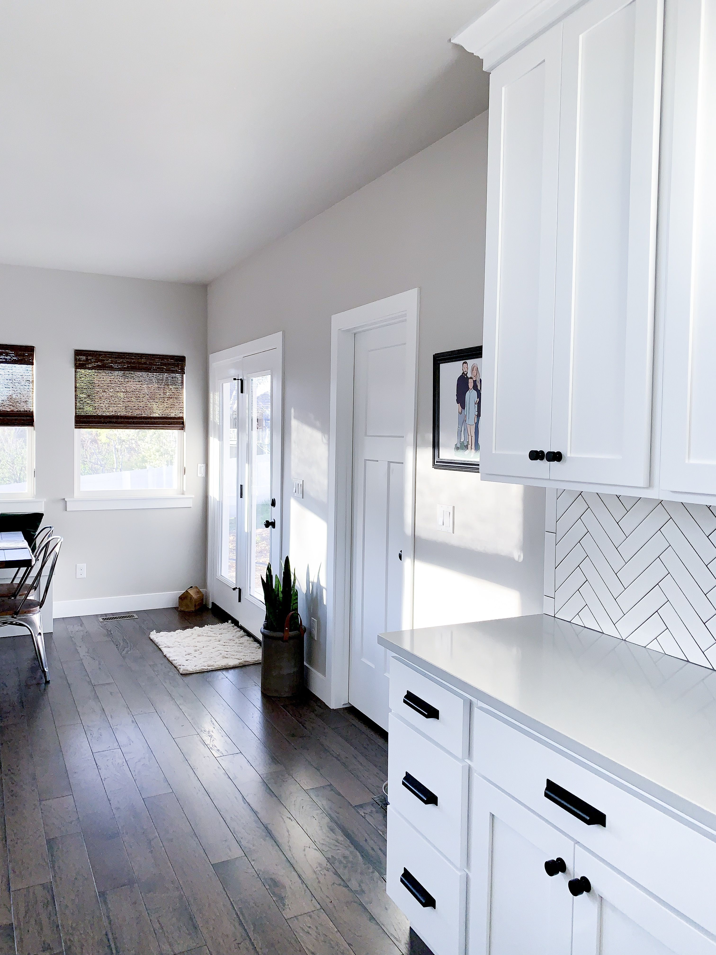 White kitchen, modern farmhouse, matte black hardware
