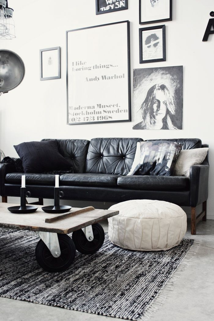 Leren Zwarte Bank.Sitting Room In Black And White Barefootstyling Com Welcome Home