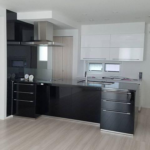キッチンが黒と黒御影石で カップボードが白です 広く見せたい方はこの