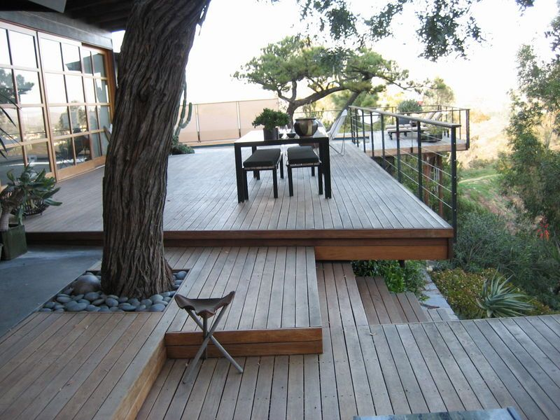 Taking full advantage of the hill side location this deck - Decke modern ...
