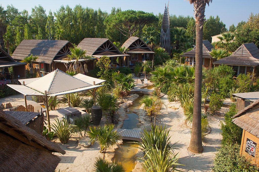 Le village far est situ en bord de lagon au c ur d 39 un - Camping prairie de la mer port grimaud ...