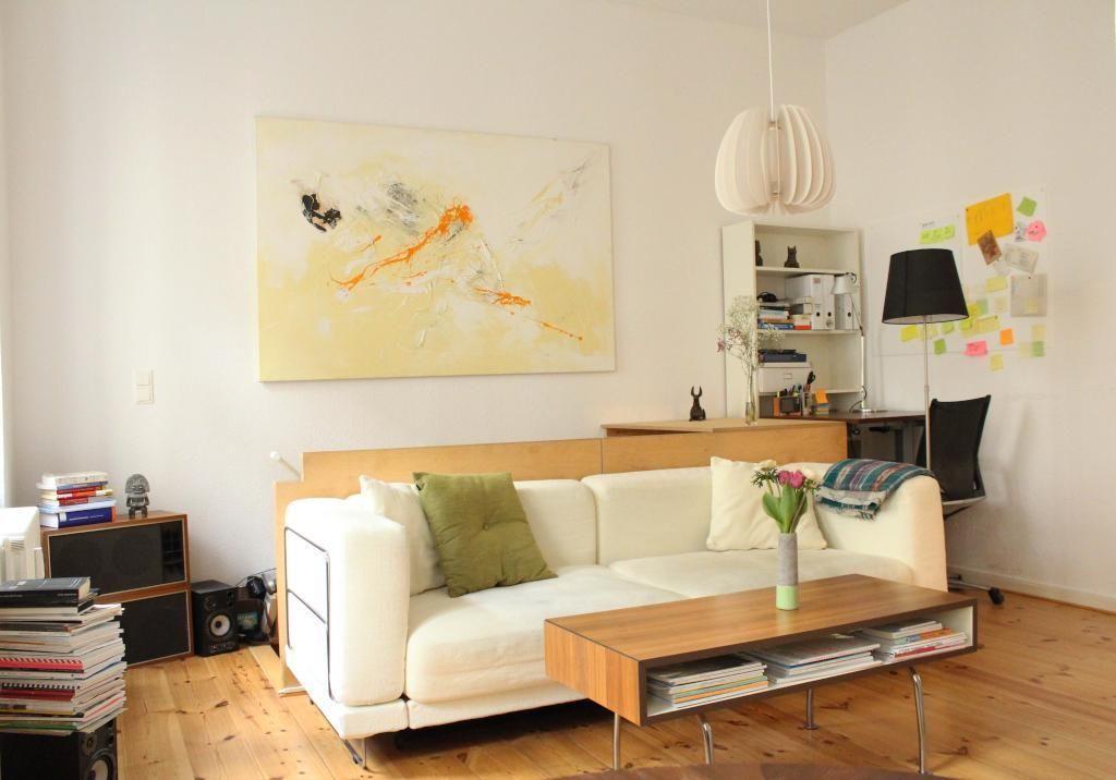 Toll Einrichtungsidee Für Ein Helles Wohnzimmer: Cremefarbene Couch, Couchtisch,  Bücherstapel Sowie Großer Kunstdruck.