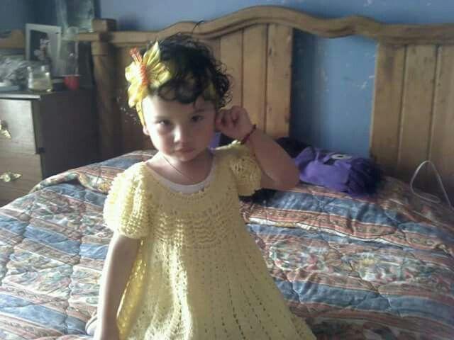 Nena en vestido amarillo