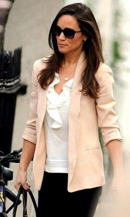 Pippa Middleton, stile e look - Giacca cipria e top bianco