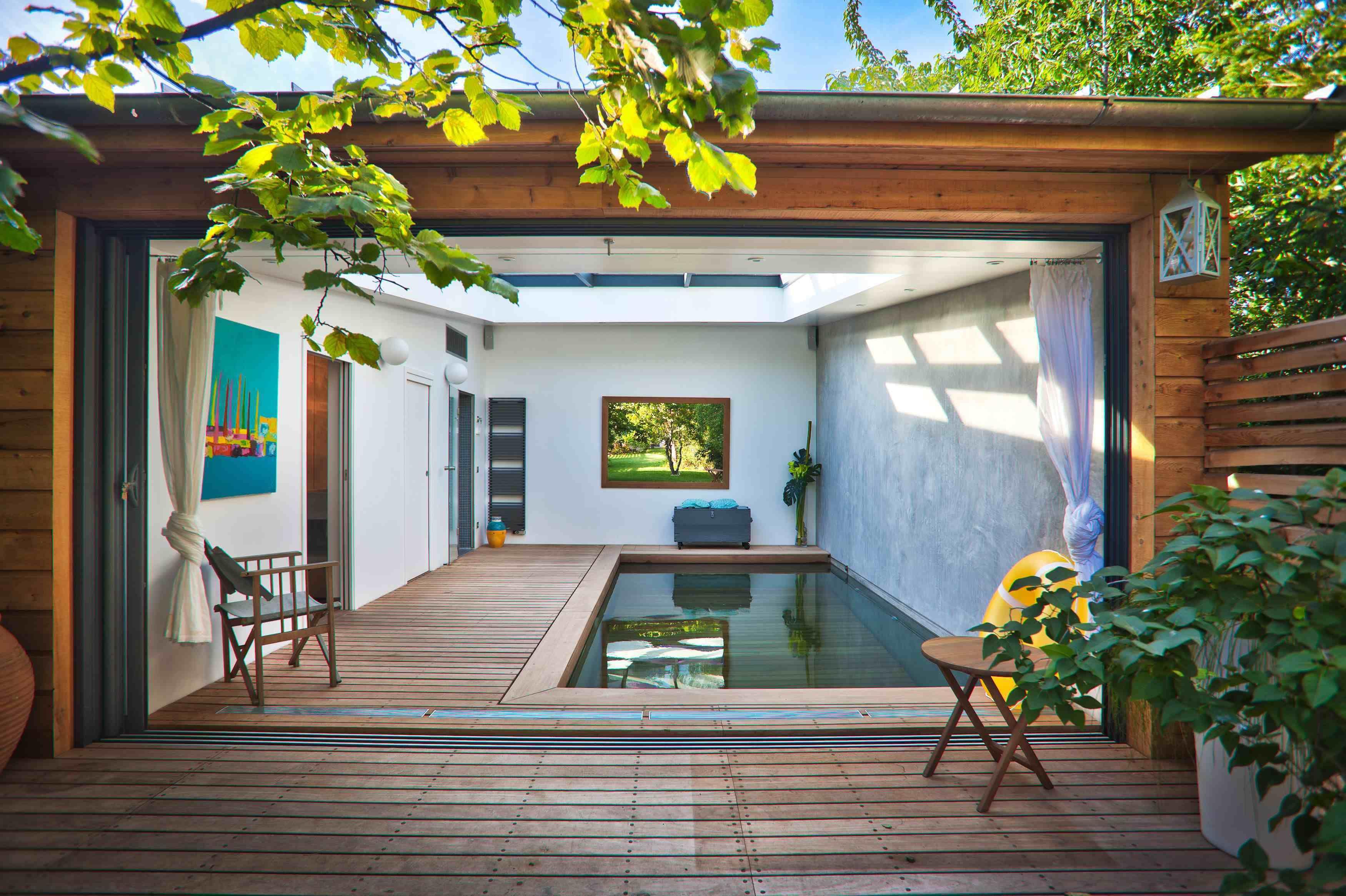 abri de jardin en bois red cedar piscine couverte donne envie de s installer en banlieue. Black Bedroom Furniture Sets. Home Design Ideas