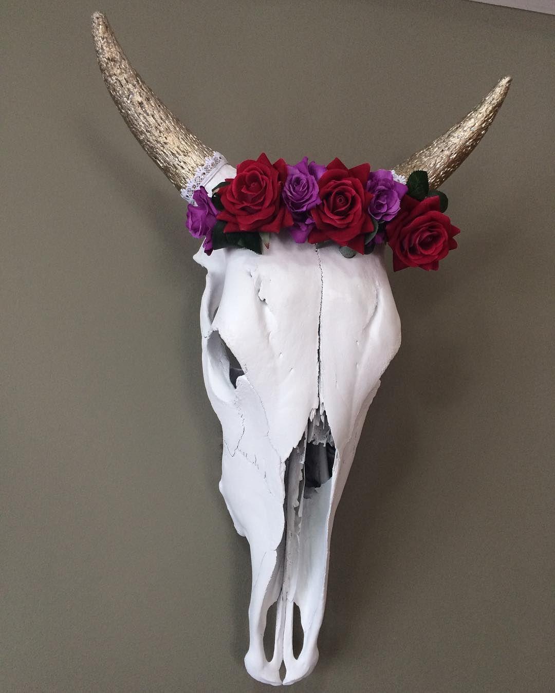Cranium Flos | Crânio de Vaca em branco fosco com chifres e dentes folheados a prata envelhecida e coroa de flores.