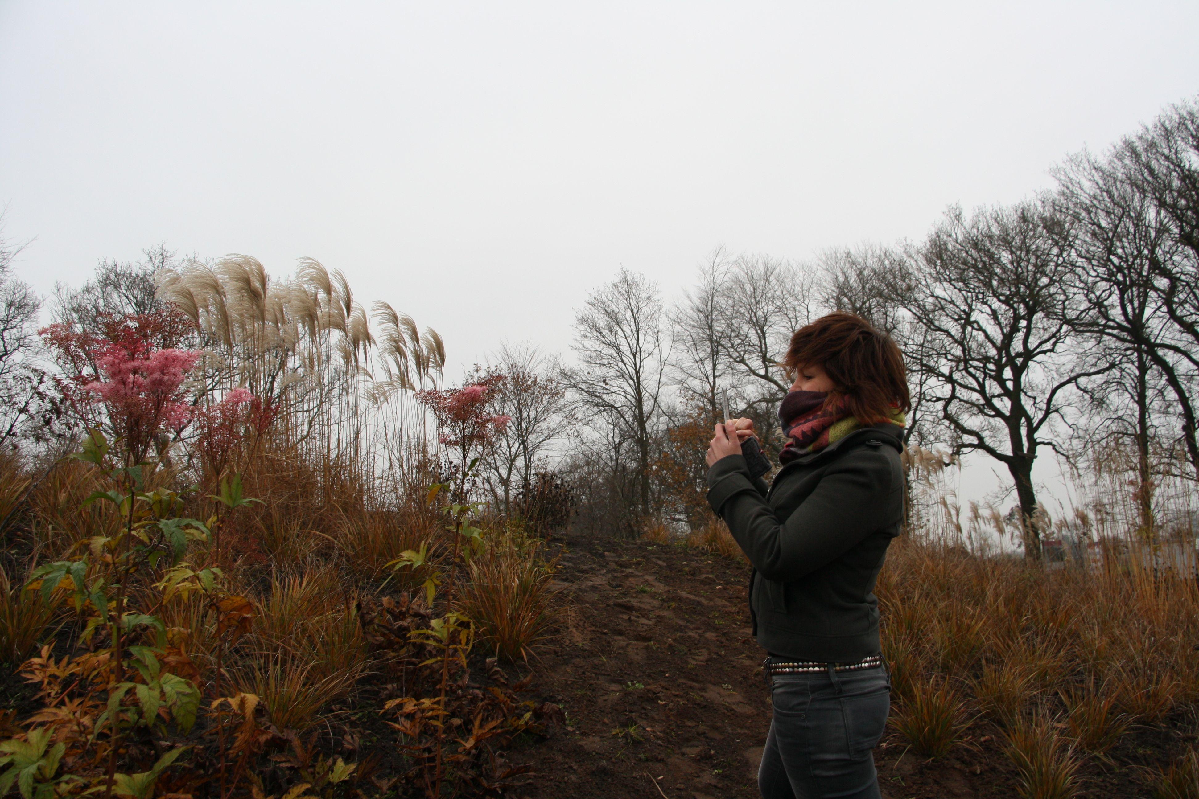 Fotografe Maartje Roos te midden van de heuvels in Frijlân. Ontwerp beplanting Piet Oudolf.