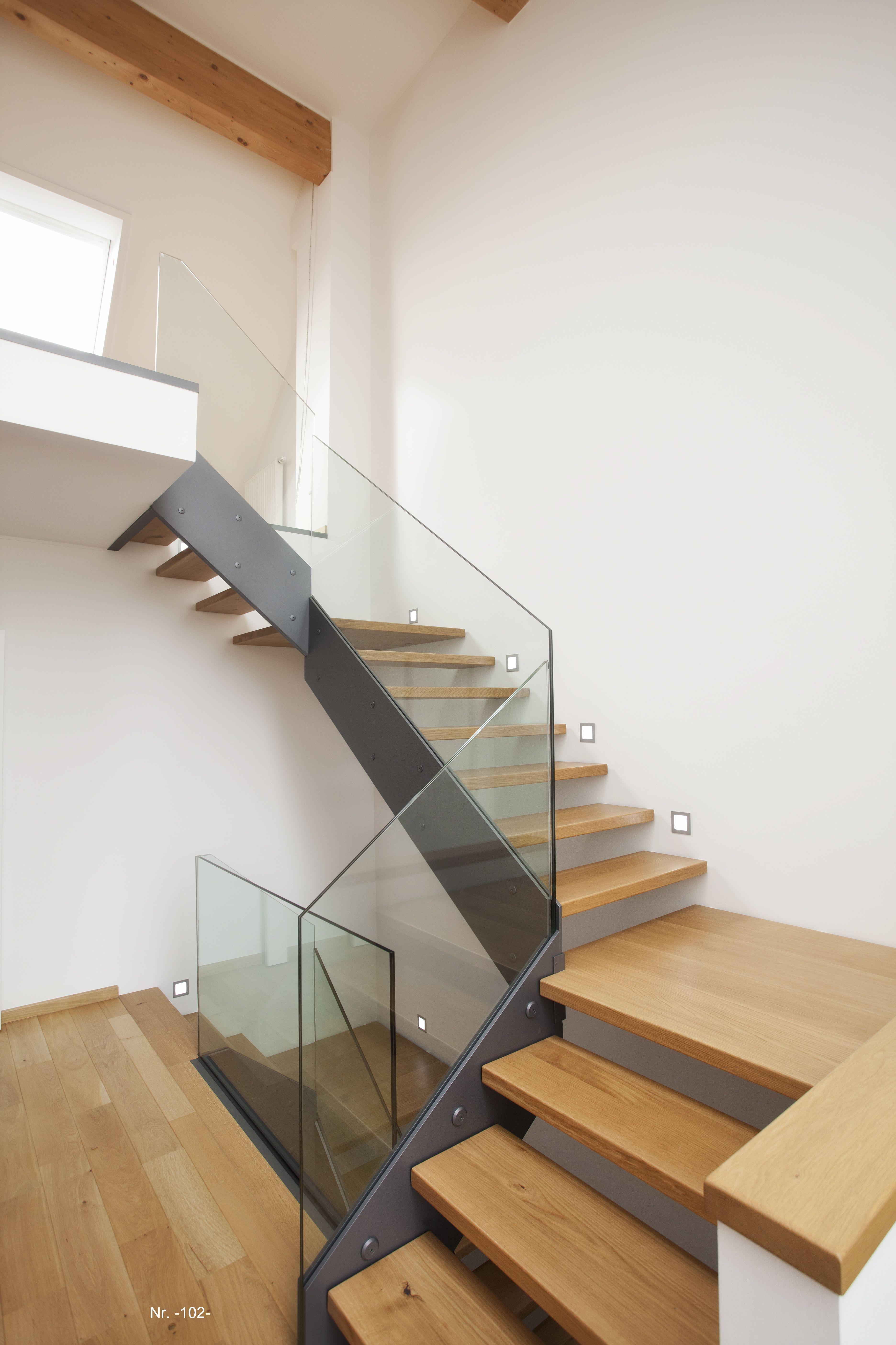 Moderne Holztreppe moderne holztreppe mit sichtwange ähnlich edelstahl und geländer aus