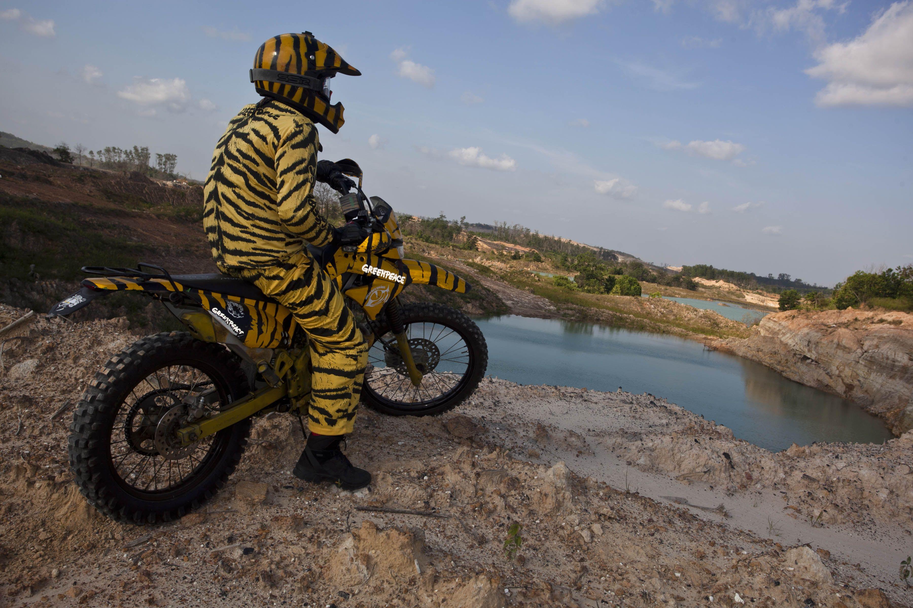 Greenpeace menelusuri areal bekas pertambangan batubara di Kalimantan Selatan yang ditinggalkan begitu saja dan menjadi danau beracun yang berbahaya bagi manusia dan lingkungan www.greenpeace.or.id/mataharimau