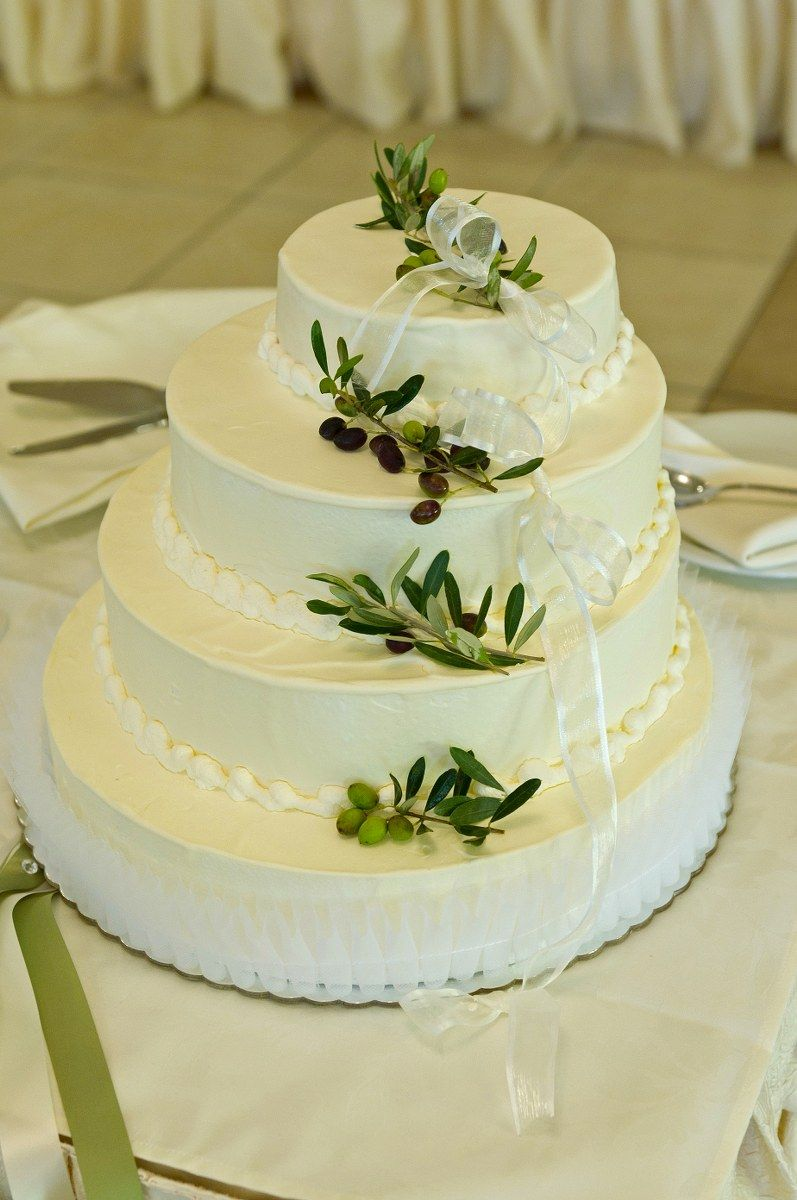 Wedding cake decorated with olives !!! Or decorated with grapes if ...