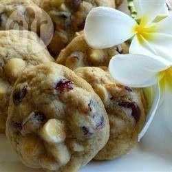 Cookies mit Cranberries, weißer Schokolade und Macadamia-Nüssen (Walnüssen)
